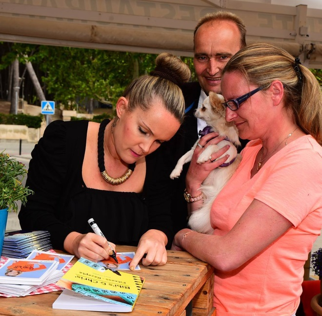 "Big Brother Bianca mit Fans im ""Red Rubber Duck"" auf Mallorca"
